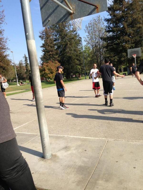 Taylor aperçu le 24 mars jouant au Basket avec des amis