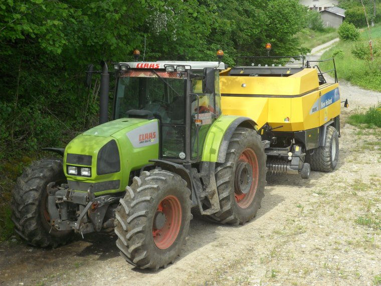 Claas Ares 836 RZ avec presse New Holland BB 950 A