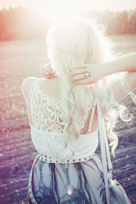 """""""Les souvenirs sont parfois encore plus importants que les moments présents parce que le temps qui passe les rend irremplaçables, uniques. Et c'est pourquoi il ne faut jamais regretter ses choix et toujours avancer droit devant, ne gardant bien précieusement au fond de soi que les belles choses que la vie a mises sur notre route"""""""