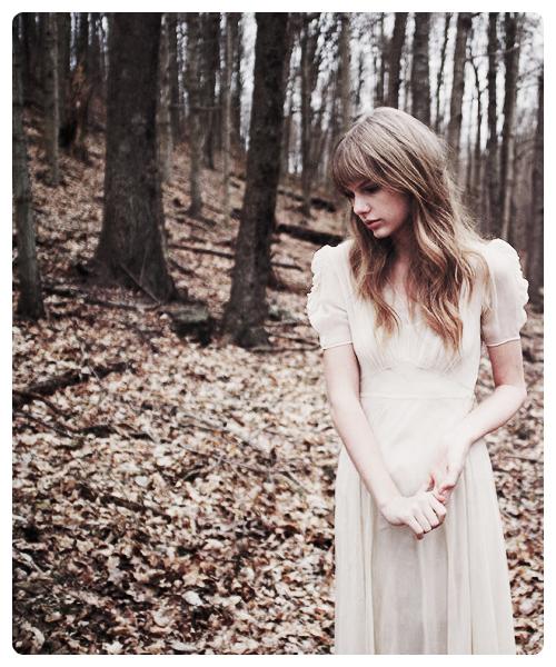 Comment est ce que tu peux penser que tu tiens à moi, si même moi j'y tiens pas ? Pourquoi tu dis que tu m'aimes, alors que même moi je me déteste ? Pourquoi t'es là ? Pourquoi tu restes ?