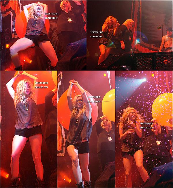.  20.10.10 - Ke$ha s'amusant sur scene , au Municipal Auditorium de Nashville avec Rob Zombie. .
