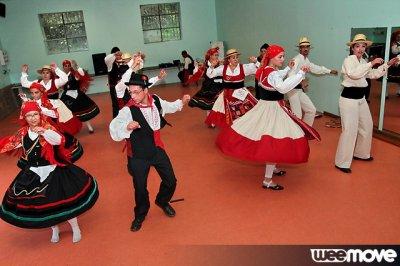 Les Danseurs Portent deux costumes différents