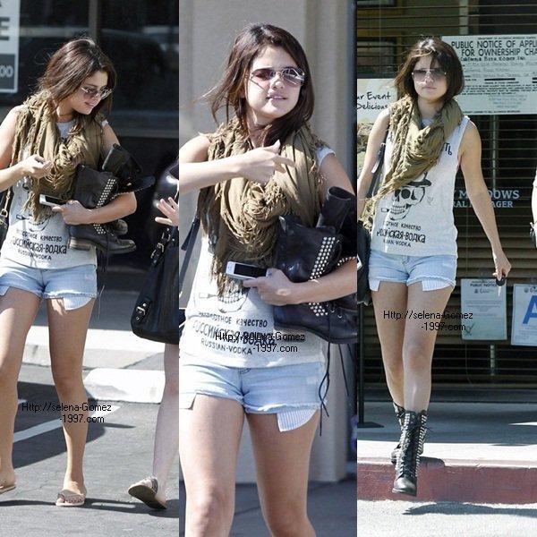 Selena-Gomez: 20 Aout sortant d'un bureau aek une amie :)