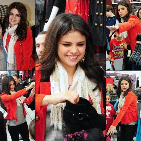 11 Novembre 2012 : Selena Gomez c'est présenté  chez « Dream Out Loud » chez Kmart à N.Y.