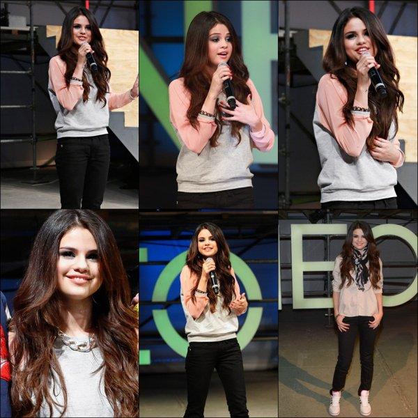 Selena etait présente au défilé NEO le 06.02.2013
