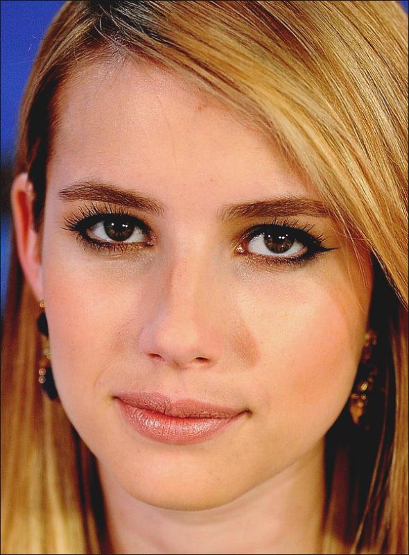 ZOOM sur le magnifique visage d'Emma. Ce jour là elle était maquillé très simplement. Cela lui donne un air naturel. L'Eye-liner lui approfondit le regard.