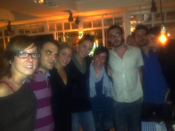 18/09/11  ; Shakira parti dîner dans un restaurant à Barcelone, elle a posé avec quelques fans.♥