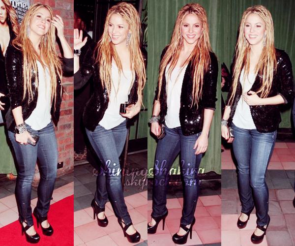 """09.11.09 Shakira était au lancement de """"She Wolf"""" et du magazine Rolling Stone. (Flashback) Vêtue brillamment d'un jean, T-shirt blanc et veste pailletée, chaussures noirs et petite pochette. TOP !"""