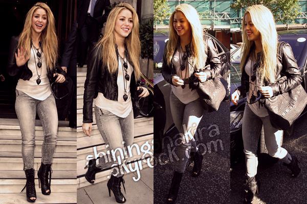 24.09.09 Shakira à Londres, se dirigant vers le studio de la BBC Madia Vale. (Flashback) Portant merveilleusement un slim gris blanc, T-shirt blanc et veste en cuir, talons et sac noirs magnifiques.TOP!