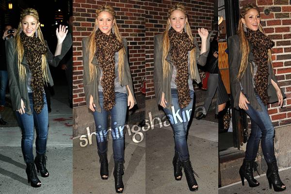 """10.11.09 Shakira sortant du théâtre """" Sullivan """" et après rentrant aux studios MTV. (Flashback) Vêtue d'un très beau jean bleu, un T-shirt gris spécial, une belle veste, une écharpe léopard et des talons noirs."""