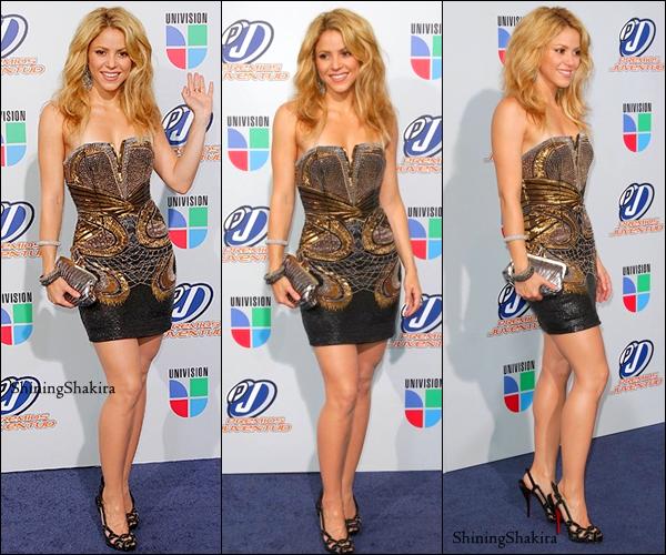 """07.10 : Shakira aux """" Premios Juventus """"  j'ai juste un mot à dire : MAGNIFIQUE. (Flashback) Elle porte une superbe robe fait par Roberto Cavalli, de très beaux talons noirs, et une petite pochette.TOP"""