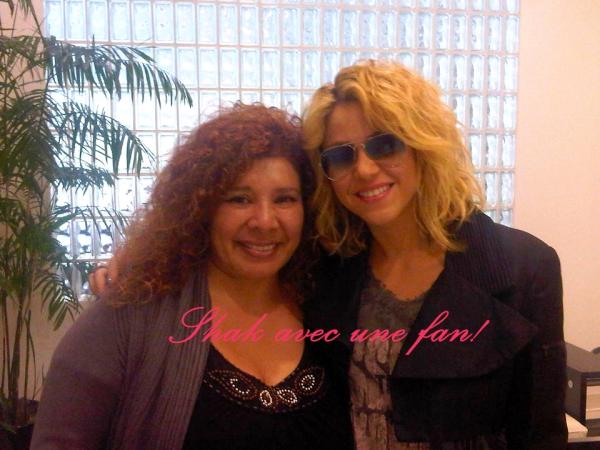 06.06.10 : Shakira Mebarak et Fernando Verdasco dans les rues de Madrid. (Flashback) Elle porte un très beau jean noir + un haut et des talons noirs, c'est simple et noir, mais j'adore.TOP!