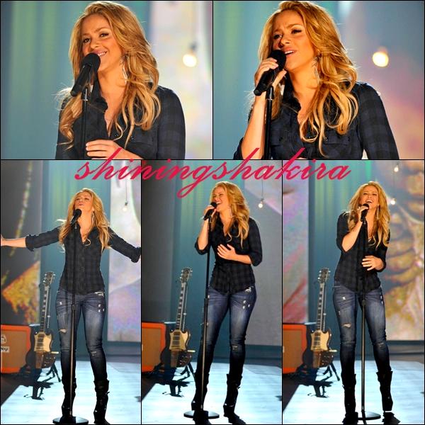 """22.01.09 : Shakira a performé pour un télé-thon """" Hope for Haiti """" Elle est émue. (Apparances) Elle porte une chemise a carreaux, un jean déchiré, une magnifique coiffure, et des talons noirs TOP!"""