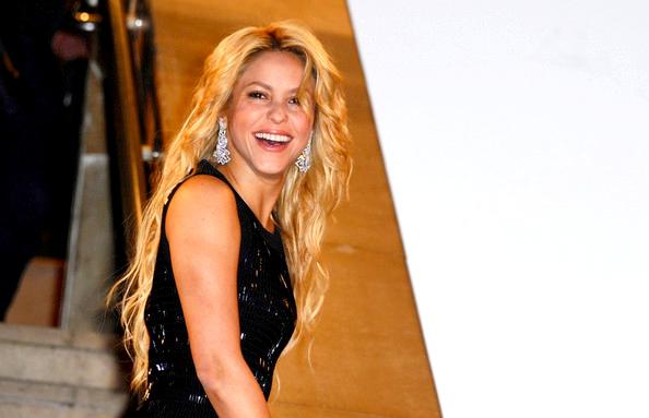 22.01: Shakira au NRJ  Music Awards 2011, elle était énorme ce jour là. (Apparances) Elle porte une magnifique robe noir, des talons noirs, et une petite pochette, magnifiquement belle TOP!