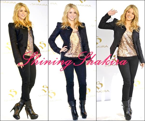 """22.06.10: Shakira Mebarak à la présentation de son parfum nommé """"S""""  (Apparances) Vêtue d'un haut doré qui brille avec par dessus une veste noir, un jean noir + des talons noirs.TOP!"""