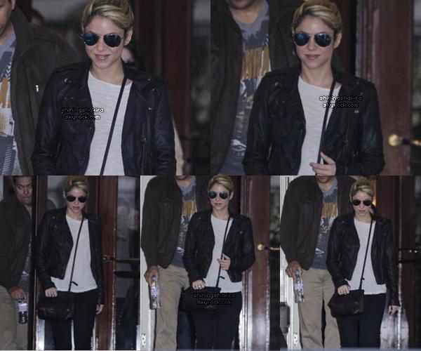 08.05.12 : Shakira quitte l'hôtel « Amstel » à Amsterdam, Pays-Bas. ♥ Avec des Ray ban, une petite veste noir en cuir, un maillot clair, un jean noir.