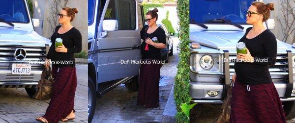 3 FEVRIER 2012 : Hilary dans L.A, avec je ne sais trop quoi à la main. Coup de coeur pour son sac...  Puis sortant du Nine Zero dans l'Ouest Hollywood