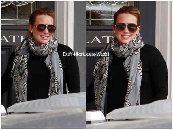 07 FEVRIER 2012 : Hilary quittant son cours de pilates, rien de bien passionnant...