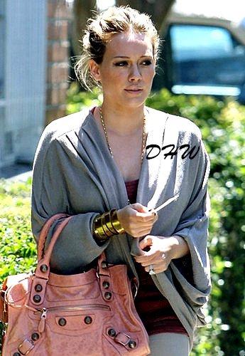 A quelques jours de son accouchement, pas question pour Hilary Duff de relâcher les efforts ! Elle le sait : si elle veut vite retrouver la ligne après avoir mis au monde son premier enfant, autant s'y mettre dès maintenant ! Ainsi, après un rendez-vous médical le jeudi 9 février, elle était photographiée se rendant à son cours de sport, le vendredi 10, à Los Angeles.