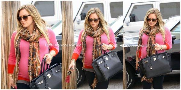 20 FEVRIER 2012 : Hilary, vraiment toute en beauté, se rendant dans des bureaux de L.A. On aime la voir comme ça. Pour moi c'est un ENORME TOP ♥