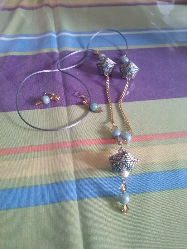 un collier de Marcelle et ses boucles