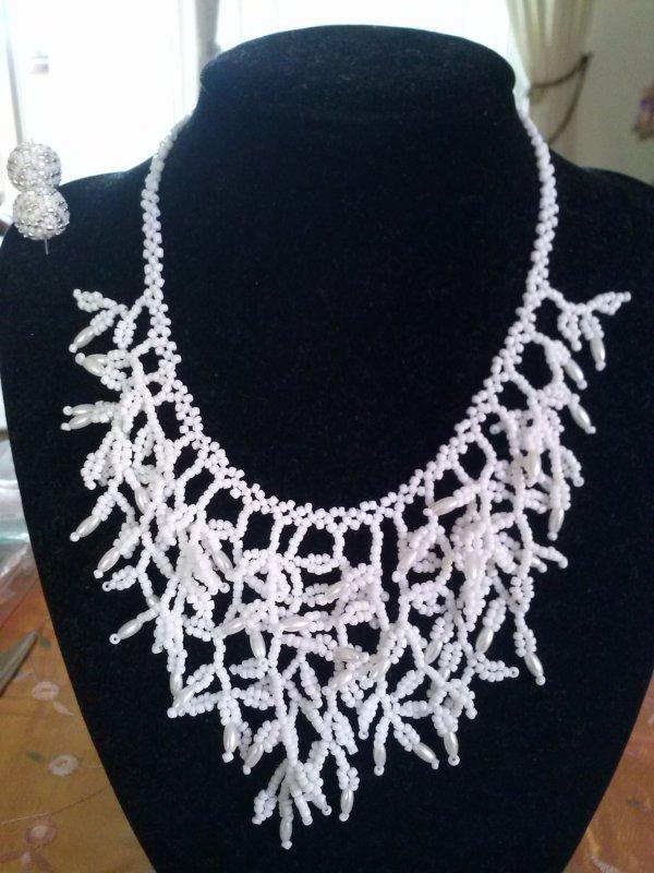 un collier corail tout blanc de Marcelle