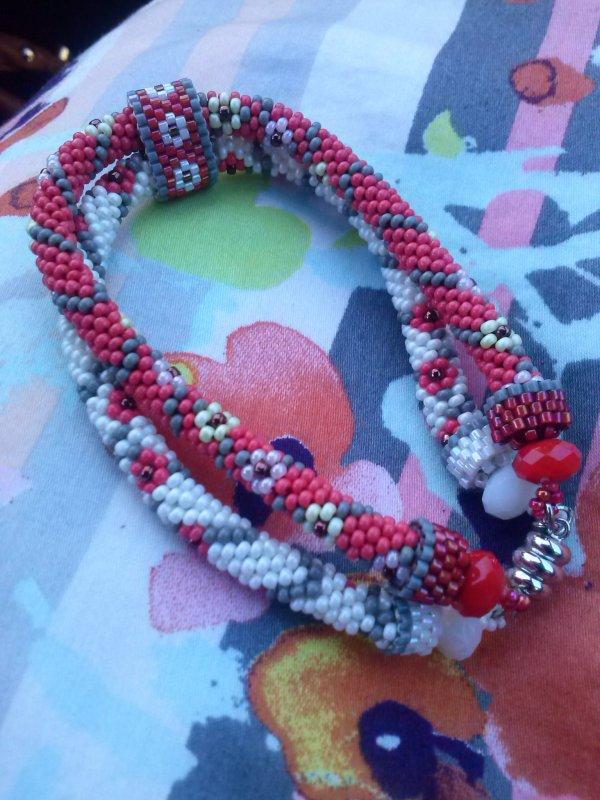 Petit bracelet crocheté pour une petite robe, de moi.