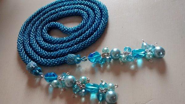 du bleu avec sa grappe de perles