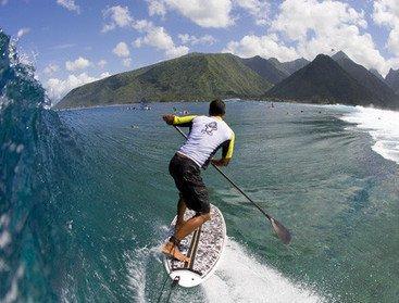 ICI  JE SUIS EN PHOTO DE DOS POUR SURFER SUR LES VAGUES SPECTACULAIRES DE TAHITI
