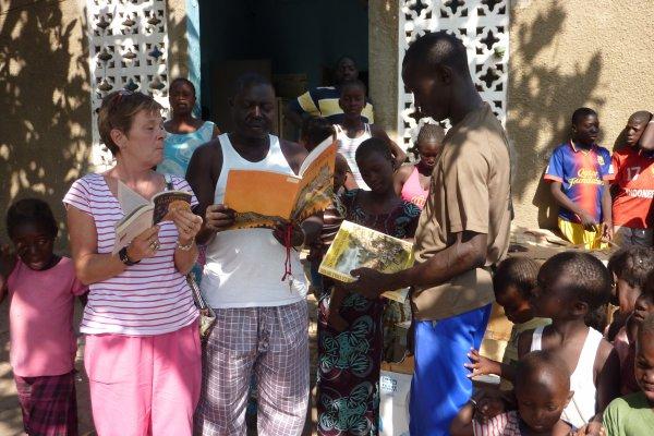 Remise de dons à Ibrahima Séne, chef du village de Nianing