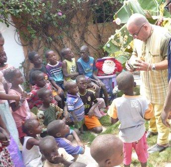 Remise des cadeaux aux enfants