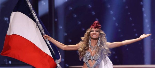 Miss Univers : Amandine Petit, Miss France 2021, défile en Marianne, une « icône française forte et inspirante »