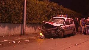 ACCIDENT VOITURE DE POLICE CONTRE MOTO CONDUIT PAR DEUX JEUNES