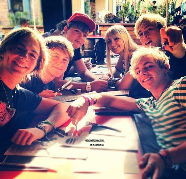 ++   1 Août .   Ross Lynch et son groupe R5 ont été aperçu au Umami Burger + Ross a poster sur Twitter une photo de son groupe et de lui à un concert !  +
