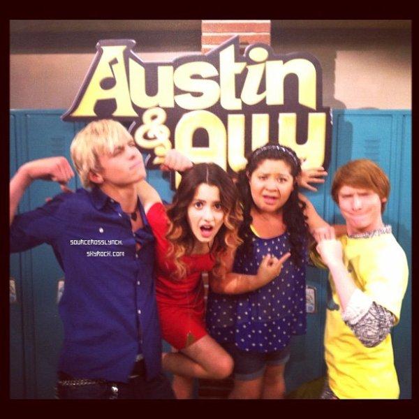 ++   12 Août .   Ross a été photographié aujourd'hui devant les studios d'enregistrements d'Austin&Ally et a posé avec Calum et Rydel + Tweet de Raini Rodriguez  +