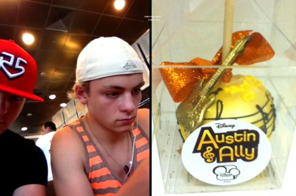 ++   13 Août .   Ross a été  récemment photographié dans les studios d'enregistrement d'Austin&Ally aux côtés de Raini et Calum et à l'aéroport ( et a reçu une pomme d'amour )  + Instagram des garçons  +