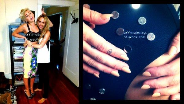 De retour a Los Angeles Miley a été vue dans l'après-midi du 30 aout avec son ami Vijat Mohindra & des nouvelles photos personnelles prisent lors du photoshoot pour la nouvelle version de son site