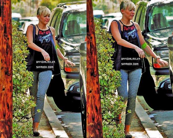 9 octobre 2012 - Miley et Tish étaient chez le docteur a Tarzana, Californie  pour donner du sang ( Miley n'est pas malade )  .J'adore sa tenue surtout ses pantalons je lui donne un TOP bien méritée et vous ?  Miley a aussi postée une nouvelle photo twitter .                                            C'est prévu que Miley performe ce 10 octobre au gala City Of Hope je posterais les photos de cette performance  + Miley est invité au show Jay Leno ce 12 octobre et est aussi invité au talkshow Chelsea Lately le 17 octobre