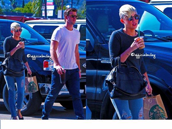 ☺24/10/12☺- Miley et son fiance , Liam , étaient de sortie au Starbucks a Los Angeles . Coté tenue , c'est simple mais pour une fois elle n'a pas porté ses fameux Dr.Martens c'est un TOP pour moi .  Et vous Top Ou Flop ?