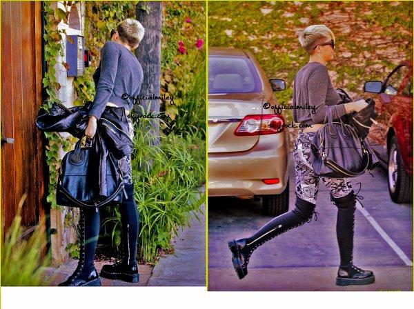 ☺26/10/2012 - Miley a été vu a Burbank  ( en californie ) arrivant a un studio d'enregistrement . Elle a posté des photos sur Pheed pendant qu'elle été au Studo.
