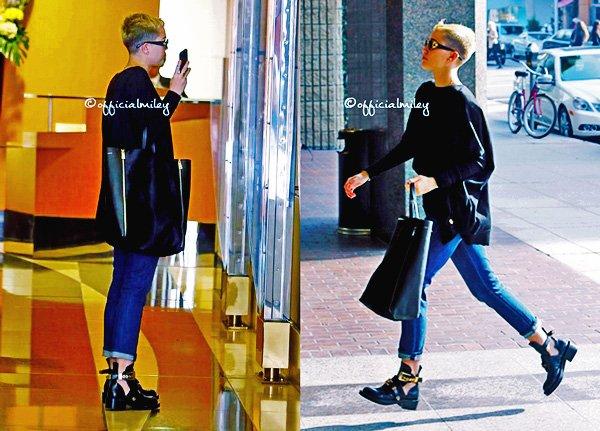 ♥ 05 Décembre 2012 ♥ - Miley s'est rendue dans une clinique medical a Beverly Hills . Coté tenue, je trouve que son style Tom boy lui va a merveille par contre j'aime pas vraiment ses chaussures je lui mets un BOF, et vous?