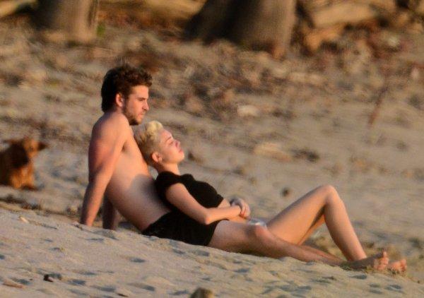 18 Janvier 2013 - Miley a été aperçue avec Liam à la plage en Costa Rica . + La cover de Miley pour le magazine COSMOPOLITAN ! Je la trouve FABULEUSE. ne pas prendre la photos S.V.P sinon credites .