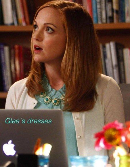 Emma, chemise turquoise, cardigan blanc et collier turquoise