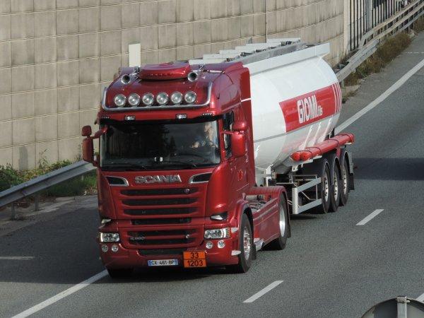 Le magnifique Scania Streamline V8 des transport Giomi et fils.