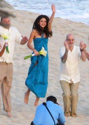 Justin et Selena passant du bon temps ensemble à un mariage...