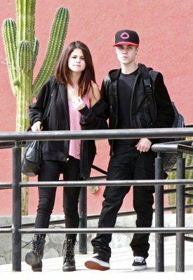 Selena à l'aéroport de LAX, le 6 décembre 2011 & Selena et Justin arrivant au Mexique le 7 décembre 2011