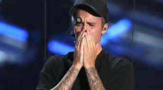 Justin pleure