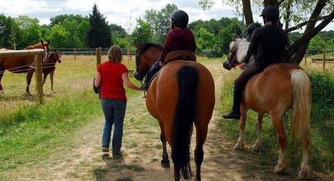 Au centre équestre de Poitiers, deux jeunes garçons de l'IEM de Biard montent à cheval dans le cadre du développement de l'équitation adaptée. Balade.