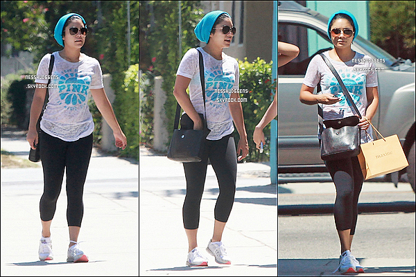 . 30/08/11 : Vanessa a été aperçue faisant du shopping avec sa soeur Stella dans les rues de Studio City à L.A. Les soeurs Hudgens nous font un FLOP. Encore un bonnet sous le soleil et la chaleur Californienne.. C'est une tendance chez eux ?  .