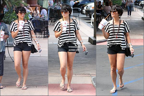 . 26/08/11 : Notre belle Vanessa était avec sa maman Gina au Nail Garden salon et à Jamba Juice à Studio City. Nessa ne porte pas de bonnet... pour une fois ! Sans aucune hésitation c'est un TOP pour miss Hudgens. Toujours aussi Fashion ! .